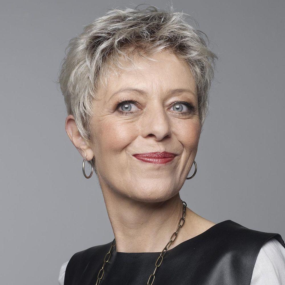 perruque-femme-moderne-cheveux-courts-gris